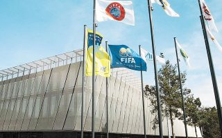 FIFA και UEFA, με επιστολή-τελεσίγραφο που απέστειλαν χθες στην ΕΠΟ, κάνουν λόγο για σαφή παρέμβαση της κυβέρνησης στο αυτοδιοίκητο του ποδοσφαίρου, ζητώντας οι εκλογές να γίνουν στις 9 Οκτωβρίου.