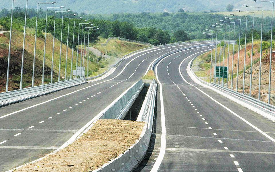 Σύμφωνα με το υπουργείο Υποδομών, πρόκειται για κατεπείγοντα έργα που σχετίζονται με τη λειτουργία του αυτοκινητοδρόμου, είτε επηρεάζοντάς την είτε επηρεαζόμενα από αυτήν.