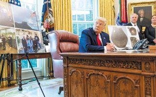 Ο Ντόναλντ Τραμπ χθες, στο Οβάλ Γραφείο του Λευκού Οίκου, σε συζήτηση για τον επαναπατρισμό έργων τέχνης Ινδιάνων της Αμερικής από τη Φινλανδία (φωτ. A.P.).
