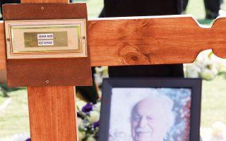 Πορτρέτο του Τζορτζ Μπίζος τοποθετημένο δίπλα στον τάφο του, στο νεκροταφείο Γουέστπαρκ του Γιοχάνεσμπουργκ (φωτ. EPA).