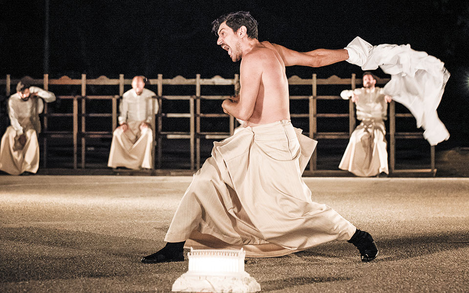 Σκηνή από τους «Πέρσες», τη φετινή παραγωγή του Εθνικού Θεάτρου σε σκηνοθεσία Δημήτρη Λιγνάδη και μετάφραση και μετρική διδασκαλία Θεόδωρου Στεφανόπουλου.