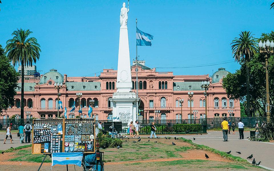 Η επίσημη ισοτιμία του νομίσματος της Αργεντινής έχει υποχωρήσει στα 75,25 πέσος προς ένα δολάριο και στη μαύρη αγορά φθάνει τα 145 πέσος.