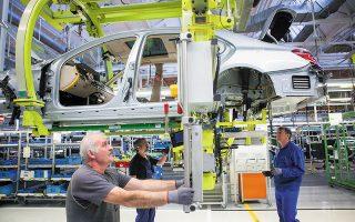 Η Ευρωπαϊκή Επιτροπή θεωρεί πως οι αυτοκινητοβιομηχανίες θα χρειασθεί σταδιακά να καταργήσουν τους παραδοσιακούς κινητήρες εσωτερικής καύσεως και να μειώσουν 50% τις εκπομπές διοξειδίου του άνθρακα σε σύγκριση με τους στόχους του 2021.