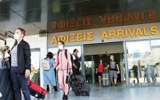 Μόνο τον Ιούλιο οι ταξιδιωτικές εισπράξεις ανήλθαν μόλις σε 577 εκατ. ευρώ από 3,7 δισ. ευρώ την αντίστοιχη περυσινή περίοδο, ενώ στις μεταφορές καταγράφεται πτώση 424 εκατ. ευρώ.