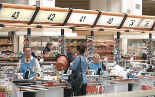 Στη μέχρι τώρα διάρκεια του έτους, ο κύκλος εργασιών των σούπερ μάρκετ είναι αυξημένος κατά 9,7%. Μάλιστα, η πλειονότητα των καταναλωτών φαίνεται να προτιμά, για λόγους άνεσης και ασφάλειας, τα μεγαλύτερα καταστήματα ή υπερμάρκετ (φωτ. ΙΝΤΙΜΕ).
