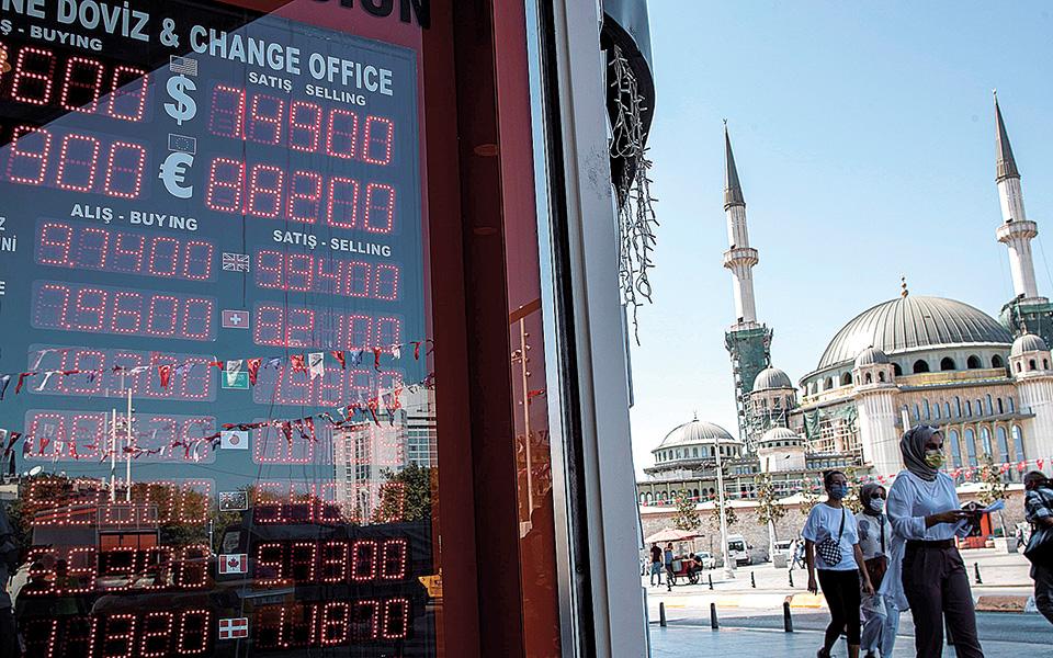 Η τουρκική λίρα είναι θύμα της δημαγωγίας του Τούρκου προέδρου Ταγίπ Ερντογάν, ο οποίος επιμένει να διατηρεί σε πολύ χαμηλά επίπεδα το κόστος του δανεισμού, προκειμένου να συνεχίζονται οι υψηλοί ρυθμοί ανάπτυξης (φωτ. EPA).