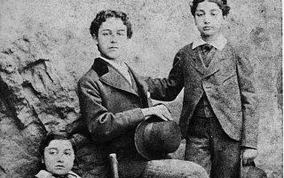 Λίβερπουλ, 1873: Δεξιά στέκεται όρθιος πιθανότατα ο 10χρονος Κωνσταντίνος Καβάφης, στο μέσον ο αδελφός του Παύλος και, αριστερά, ο Τζων.