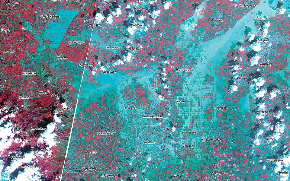 Δορυφορικές εικόνες από την περιφερειακή ενότητα Καρδίτσας πριν (κάτω, 16 Σεπτεμβρίου) και μετά (πάνω, 20 Σεπτεμβρίου) την πλημμύρα, που αποτυπώνουν το μέγεθος της καταστροφής. Με γαλάζιο απεικονίζεται δεξιά η έκταση που έχει πλημμυρίσει. Πηγή: Ε. Λέκκας, Μ. Βασιλάκης, Μεταπτυχιακό πρόγραμμα Στρατηγικές Διαχείρισης Περιβάλλοντος, Καταστροφών και Κρίσεων.