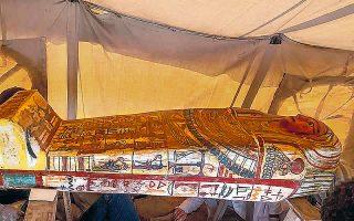 Την ανακάλυψη 14 σαρκοφάγων ηλικίας 2.500 ετών στη νεκρόπολη της Σακάρα, νοτίως του Καΐρου, παρουσίασαν χθες οι αιγυπτιακές αρχές, προαναγγέλλοντας ότι αυτή «δεν είναι παρά η αρχή» των ανασκαφικών επιτυχιών. Οι ασύλητες σαρκοφάγοι βρίσκονταν στον πυθμένα φρεατίου. Πριν από μία εβδομάδα, η αρχαιολογική σκαπάνη έφερε στο φως άλλες 13 σαρκοφάγους στο ίδιο σημείο (φωτ. Ministry of Tourism and Antiquities via A.P.).