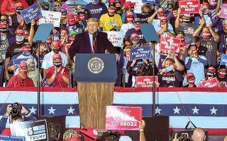 Θύελλα επικρίσεων ξεσήκωσε με την τελευταία προεκλογική ομιλία του, στο Σουάντεν του Οχάιο, ο Ντόναλντ Τραμπ, ισχυριζόμενος ότι οι κάτω των 18 ετών δεν διατρέχουν κανέναν απολύτως κίνδυνο από την COVID-19 (φωτ. EPA).