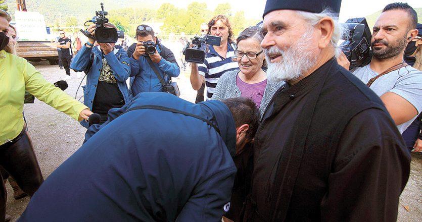 O υφυπουργός Πολιτικής Προστασίας Νίκος Χαρδαλιάς απαθανατίστηκε να φιλάει χέρι ιερέα στην Καρδίτσα, αλλά ο ίδιος επιμένει ότι δεν συνέβη (φωτ. INTIME NEWS).