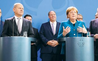 Η καγκελάριος Αγκελα Μέρκελ και ο υπουργός Οικονομικών Ολαφ Σολτς αντιστέκονται στις πιέσεις μερίδας στελεχών του κυβερνητικού συνασπισμού και ιδιαιτέρως του συντηρητικού Χριστιανοδημοκρατικού Κόμματος (CDU) που ζητούν επιστροφή στη δημοσιονομική πειθαρχία από το επόμενο έτος.