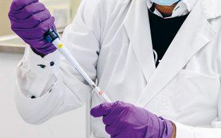 Στις δοκιμές του εμβολίου της εταιρείας Johnson & Johnson θα συμμετάσχουν 60.000 εθελοντές, ενώ αν αποδειχθεί αποτελεσματικό και ασφαλές, θα χορηγείται σε μία και όχι σε δύο δόσεις (φωτ. Α.Ρ.).