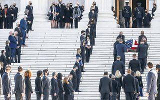 Χιλιάδες Αμερικανοί, κάθε ηλικίας, φυλής και φύλου, αποτίνουν φόρο τιμής στη σορό της Ρουθ Μπέιντερ Γκίνσμπεργκ, που εκτέθηκε από χθες σε λαϊκό προσκύνημα έξω από το κτίριο του Ανωτάτου Δικαστηρίου, στην Ουάσιγκτον (φωτ. REUTERS / Jonathan Ernst).