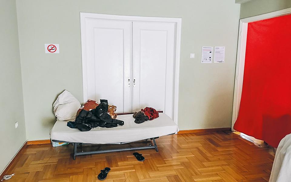 Τα δωμάτια είχαν διαχωριστεί με παραβάν, ενώ το κόστος για ένα κρεβάτι ήταν 30 ευρώ την εβδομάδα ανά άτομο ή 100 ευρώ τον μήνα. Κάποιες φορές ένα μέρος του διαμερίσματος ενοικιαζόταν και με την ώρα.