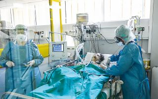 Στην Αττική είναι διαθέσιμες συνολικά 337 κλίνες ΜΕΘ σε κρατικά και στρατιωτικά νοσοκομεία, εκ των οποίων 107 έχουν διατεθεί για τις ανάγκες των ασθενών με κορωνοϊό (φωτ. ΓΙΑΝΝΗΣ ΛΙΑΚΟΣ).