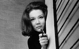 Τη δεκαετία του '60 η Νταϊάνα Ριγκ (1938-2020) κατέκτησε το κοινό με τη δυναμική της παρουσία στη σειρά «Οι Εκδικητές» στο πλευρό του Πάτρικ Μακνί.