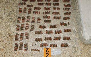 Στην υπόγεια αποθήκη στο Κουκάκι βρέθηκαν 7 μασούρια αμμωνιοδυναμίτιδας, βάρους 1.600 γραμμαρίων το καθένα, 19 πυροκροτητές και σφαίρες από καλάσνικοφ.