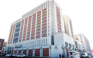 Το μητροπολιτικό κέντρο κράτησης στο Μπρούκλιν της Νέας Υόρκης, όπου κυρίως προφυλακίζονται κατηγορούμενοι μέχρι τη διεξαγωγή της δίκης τους. Η πανδημία έχει προκαλέσει έμφραγμα στην ποινική δικαιοσύνη της πόλης – 41.000 εκκρεμείς υποθέσεις έχουν προστεθεί στα πινάκια.  (Φωτ. EPA / JUSTIN LANE)