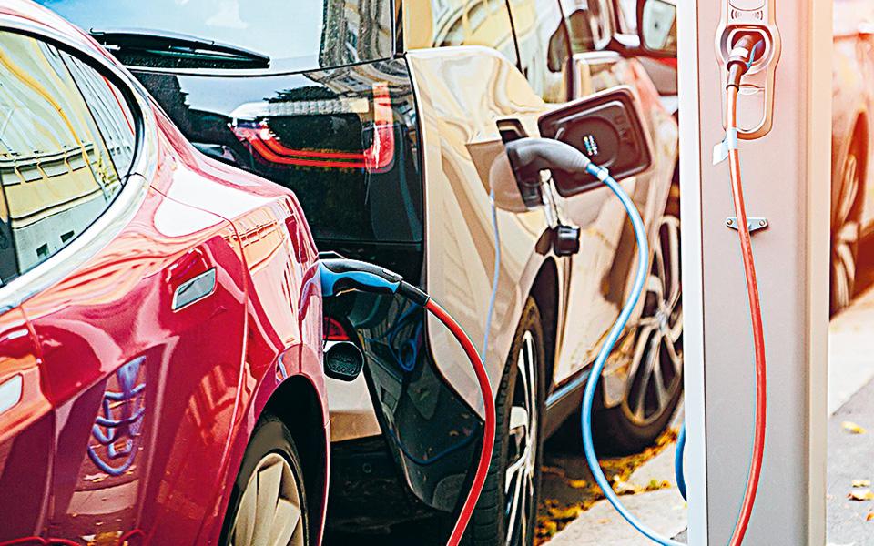 Το ύψος της επιδότησης κυμαίνεται σε επίπεδα παρόμοια με άλλες χώρες της Ε.Ε., όπως ενδεικτικά στην Ισπανία (5.500 ευρώ για Ι.Χ. και έως 8.000 ευρώ για φορτηγά), στη Γαλλία (6.000 ευρώ) και στη Γερμανία (4.000 ευρώ για αμιγώς ηλεκτρικά και 3.000 ευρώ για plug-in HEVs). (Φωτ. Shutterstock)