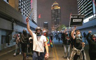 Για δεύτερη κατά σειρά νύχτα συνεχίστηκαν οι διαδηλώσεις σε αρκετές αμερικανικές πόλεις με αφορμή την απαλλαγή από την κατηγορία της ανθρωποκτονίας των τριών λευκών αστυνομικών που σκότωσαν την Μπριόνα Τέιλορ (φωτ. REUTERS).