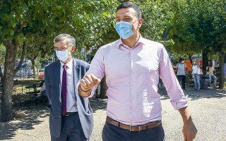 Χθες, κινητές μονάδες του ΕΟΔΥ, παρουσία του υπουργού Υγείας Βασίλη Κικίλια, του επικεφαλής της επιτροπής λοιμωξιολόγων του υπουργείου, καθηγητή Σωτήρη Τσιόδρα, και του προέδρου του ΕΟΔΥ Παναγιώτη Αρκουμανέα, βρέθηκαν στην πλατεία Κυψέλης, διενεργώντας rapid test για κορωνοϊό.