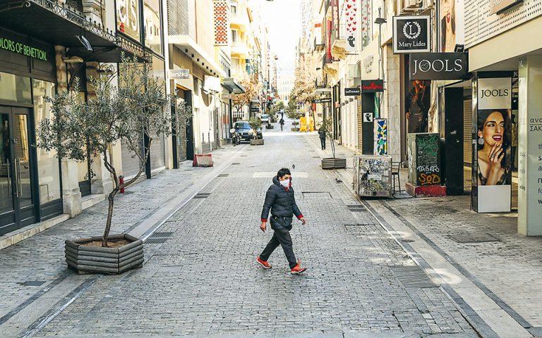 Τόσο στην Ελλάδα όσο και στις περισσότερες χώρες της Ευρώπης οι κυβερνήσεις φοβούνται τις καταστροφικές οικονομικές επιπτώσεις από ένα νέο «απαγορευτικό». Το στοίχημα, όπως τονίζουν οι Ευρωπαίοι αξιωματούχοι, είναι η προσωπική ευθύνη, κάτι άλλωστε που ανέφερε και ο πρωθυπουργός Κυρ. Μητσοτάκης. Βαθύτερη οικονομική ύφεση και κοινωνικές και πολιτικές αναταράξεις είναι οι επιπτώσεις που φοβούνται οι πολιτικές ηγεσίες από ενδεχόμενο δεύτερο lockdown. (Φωτ. ΙΝΤΙΜΕ)