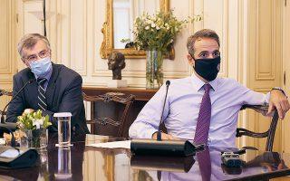 Μείζονα προτεραιότητα αποτελεί για τον πρωθυπουργό Κυριάκο Μητσοτάκη (στη φωτ. με τον καθηγητή Σωτήρη Τσιόδρα σε πρόσφατη σύσκεψη για την πορεία της πανδημίας στη χώρα μας) η παράλληλη διασφάλιση της δημόσιας υγείας και η κατά το δυνατόν ομαλή συνέχιση της οικονομικής ζωής. (Φωτ. ΓΡΑΦΕΙΟ ΤΥΠΟΥ ΠΡΩΘΥΠΟΥΡΓΟΥ / ΔΗΜΗΤΡΗΣ ΠΑΠΑΜΗΤΣΟΣ)