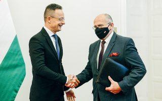 Ο υπουργός Εξωτερικών της Ουγγαρίας Πέτερ Σζιτζάρτο μετά τη συνάντηση με τον Πολωνό ομόλογό του Ζμπίγκνιου Ράου (φωτ. Α.Ρ.).