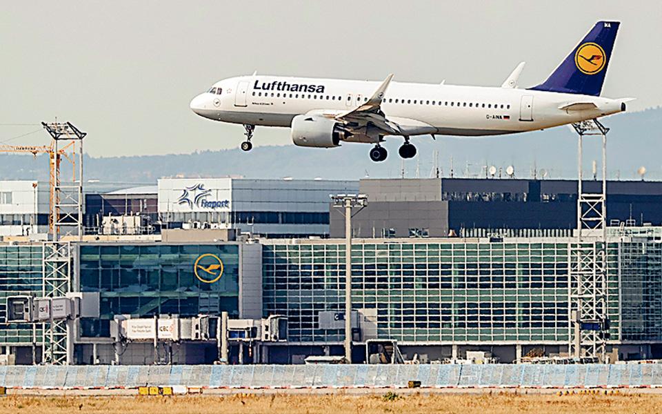 Το γεγονός ότι η Ελλάδα παραμένει από τους κορυφαίους προορισμούς για τους Γερμανούς ταξιδιώτες ακόμη και σε συνθήκες πανδημίας αποτελεί τον έναν από τους λόγους που η Lufthansa αποφάσισε να πετάει απευθείας σε πολλά ελληνικά νησιά (φωτ. EPA).