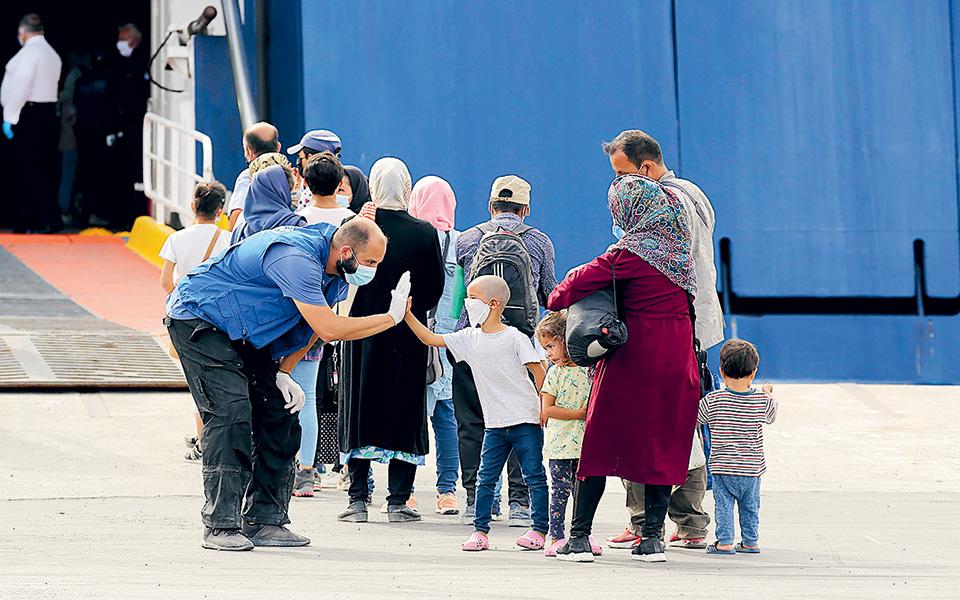 Χθες το απόγευμα 700 πρόσφυγες από τον καταυλισμό του Καρά Τεπέ στη Λέσβο επιβιβάστηκαν στο πλοίο «Νήσος Χίος», το οποίο στη συνέχεια θα παραλάμβανε 300 ακόμα άτομα από Χίο, Σάμο, Λέρο και Κω (φωτ. INTIME NEWS).