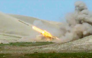 Στη φωτογραφία, το πυροβολικό των Αζέρων εκτοξεύει πύραυλο εναντίον των Αρμενίων στον διαφιλονικούμενο θύλακο (φωτ. Azerbaijan's Defense Ministry via A.P.).