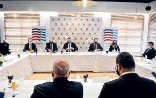 Θέματα ενέργειας τέθηκαν χθες επί τάπητος κατά την επίσκεψη του Μάικ Πομπέο στα γραφεία του ΣΒΕ, στη Θεσσαλονίκη. Στη φωτογραφία, μεταξύ άλλων, ο Αμερικανός υπουργός Εξωτερικών (στο κέντρο) με τους κ. Τζέφρεϊ Πάιατ και Κ. Χατζηδάκη (αριστερά).  Φωτ. A.P. / Giannis Papanikos