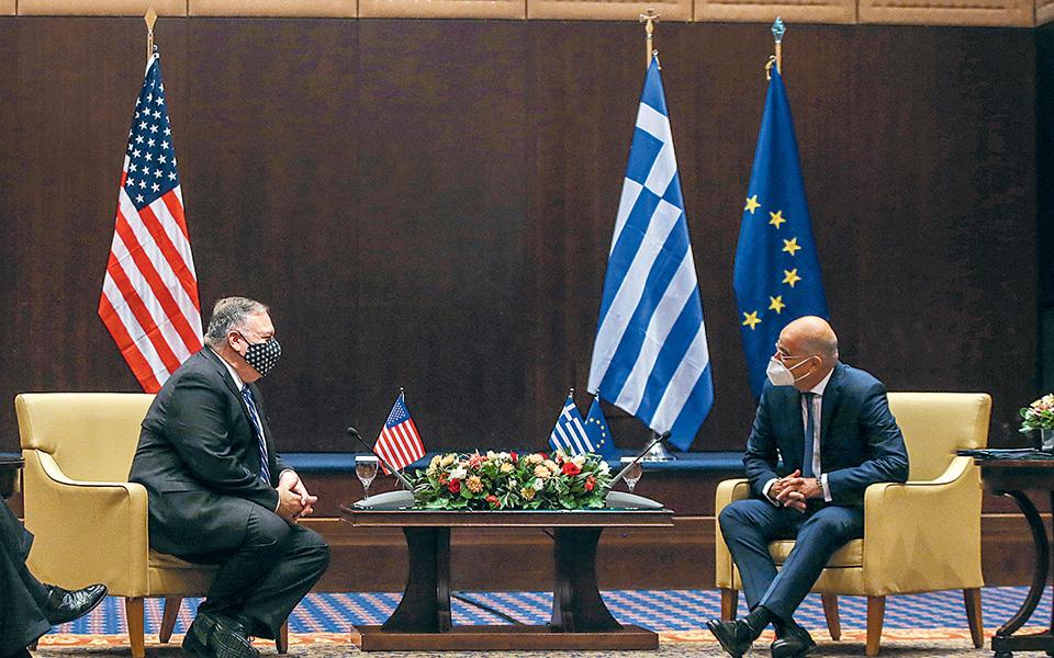 Ο Αμερικανός υπουργός Εξωτερικών με τον Ελληνα ομόλογό του Ν. Δένδια, κατά τη χθεσινή συνάντησή τους. Από τη Θεσσαλονίκη, ο Μάικ Πομπέο εξέφρασε την ελπίδα να επιτύχουν οι διερευνητικές επαφές Ελλάδας - Τουρκίας.  (φωτ. A.P./Giannis Papanikos)