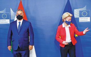 O πρωθυπουργός της Ουγγαρίας Βίκτορ Ορμπαν με την πρόεδρο της Ευρωπαϊκής Επιτροπής Ούρσουλα φον ντερ Λάιεν, σε πρόσφατη συνάντησή τους στις Βρυξέλλες (A.P.).