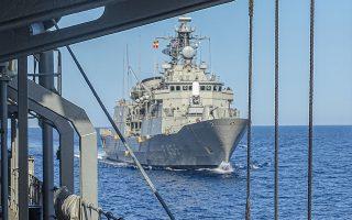 Ο στόλος μας (στη φωτ. η φρεγάτα «Σαλαμίς») πρέπει να παραμένει στη θάλασσα για αρκετές εβδομάδες και μάλιστα πολύ μακριά από τις βάσεις του (σε αντίθεση με τον τουρκικό στόλο, που επιχειρεί πολύ κοντά στους δικούς του ναυστάθμους). (Φωτ. ΑΠΕ)
