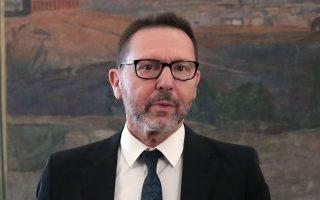 Ο διοικητής της ΤτΕ Γιάννης Στουρνάρας υποστηρίζει ότι ο εξωδικαστικός μηχανισμός θα βοηθήσει όσους οφειλέτες είναι ιδιαίτερα «ευπαθείς» σε αθέτηση να ρυθμίσουν τις οφειλές τους με τους πιστωτές, αντί να οδηγηθούν σε καθυστέρηση πληρωμών.