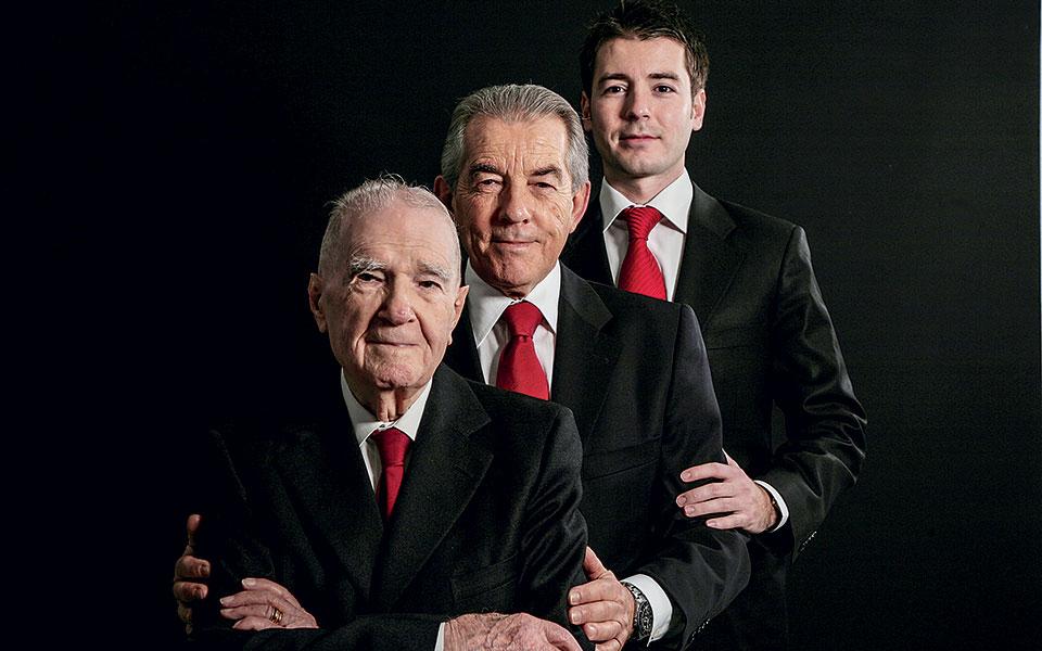 Τρεις γενιές Σάιμς: Άλφρεντ, Ρόντνι και Άντριου. Μία από τις τελευταίες οικογένειες Αγγλολεβαντίνων της Σμύρνης. © Αλέξανδρος Μασσαβέτας