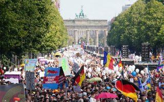 Στη μεγάλη συγκέντρωση του Βερολίνου, στις 29 Αυγούστου, κατά των περιοριστικών μέτρων για τον κορωνοϊό, συνυπήρχαν χίπηδες και νεοναζί, περιβαλλοντιστές και εθνικιστές, αναρχικοί και χριστιανοί θεμελιωτιστές. (Φωτ. EPA / CLEMENS BILAN)