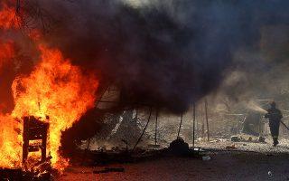 Πυροσβέστης δίνει μάχη με τις φλόγες στον καταυλισμό της Μόριας. (Φωτ. EPA/ΟΡΕΣΤΗΣ ΠΑΝΑΓΙΩΤΟΥ)