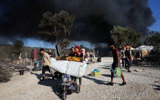 «Η πραγματικότητα είναι τραγική, με πυρκαγιές να ξεσπούν τη στιγμή που παιδιά, γυναίκες και άνδρες βρίσκονται στους καταυλισμούς αυτούς, σε πολύ δύσκολες συνθήκες», ανέφερε ο Γάλλος πρόεδρος. (Φωτ. EPA/ORESTIS PANAGIOTOU)