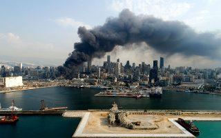 To σύννεφο μαύρου καπνού που απελευθέρωσε η καύση των ελαστικών προκάλεσε αναπνευστικά προβλήματα σε αρκετούς πολίτες (φωτ. EPA/WAEL HAMZEH).