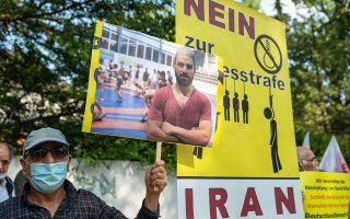 Ιρανοί εξορισθέντες και μετανάστες στο Βερολίνο διαμαρτυρήθηκαν για την εκτέλεση, το περασμένο Σάββατο, του 27χρονου Ναβίντ Αφκάρι (φωτ. EPA).