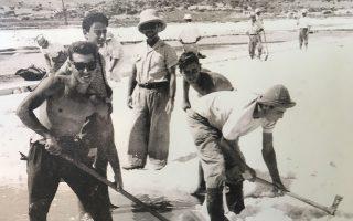 Φωκαείς μαζεύουν αλάτι στις ακτές της Αναβύσσου.