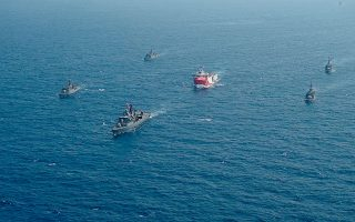 To «Ορούτς Ρέις» συνοδευόμενο από πολεμικά πλοία, σε μία από τις προπαγανδιστικές εικόνες που έδωσε στη δημοσιότητα η Αγκυρα στην αρχή της κρίσης. (Φωτ.IHA / A.P.)