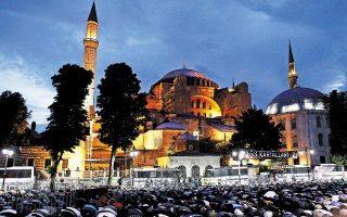 31.5.2015. Χιλιάδες μουσουλμάνοι προσεύχονται μπροστά στην Αγία Σοφία, μουσείο - Μνημείο Παγκόσμιας Κληρονομιάς της UNESCO, ζητώντας να μετατραπεί σε τέμενος. Φωτ. SHUTTERSTOCK