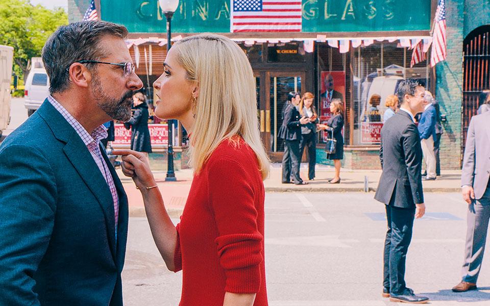 Ο Στιβ Καρέλ (εδώ με τη Ρόουζ Μπερν) υποδύεται τον Γκάρι, έναν υψηλόβαθμο επικοινωνιολόγο του Δημοκρατικού Κόμματος, ο οποίος πασχίζει να χαράξει νέες στρατηγικές μετά την οδυνηρή ήττα στις εκλογές του 2016. Φωτ.Focus Features