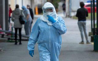Οι θάνατοι εξαιτίας του ιού προσεγγίζουν το 1 εκατ.