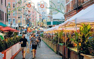 Yπαίθρια εστιατόρια στο καταβεβλημένο από την COVID-19 Μανχάταν. «Αν νομίζετε ότι η Νέα Υόρκη δεν θα ανακάμψει, τότε απλώς δεν γνωρίζετε τη Νέα Υόρκη», ανέφερε ο δήμαρχος της πόλης, Μπιλ ντε Μπλάζιο (φωτ. REUTERS).
