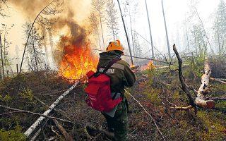 Ρώσος πυροσβέστης επί το έργον. Ανω του 50% των πυρκαγιών στη Σιβηρία καίει τυρφώδες έδαφος (φωτ. REUTERS).